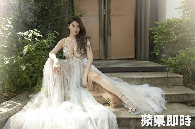 Ân Kỳ khoe trọn đôi chân thon, ngực đầy trong những tấm ảnh cưới. Ân Kỳ là siêu mẫu Đài Loan, cô còn tham gia một số show truyền hình như   Khang Hy đến rồi, Tiểu Yến Chi Dạ...
