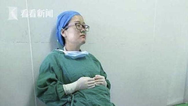 Nữ bác sĩ mệt mỏi kiệt quệ sau 4 ca mổ liên tiếp. Ảnh: Kankan News.