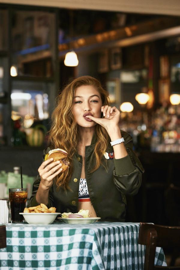 Gigi Hadidcó thể thoải mái thưởng thức bánh burger hay một chiếc kẹo bông,sau đó tập luyện nhiều hơn để giữ dáng.