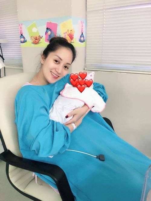 Ông xã Khánh Thi chia sẻ hình ảnh vợ con và chú thích: Món quà của Chúa.