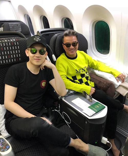 Đàm Vĩnh Hưng và Dương Triệu Vũ đồng hành trong chuyến bay sang Mỹ lưu diễn.