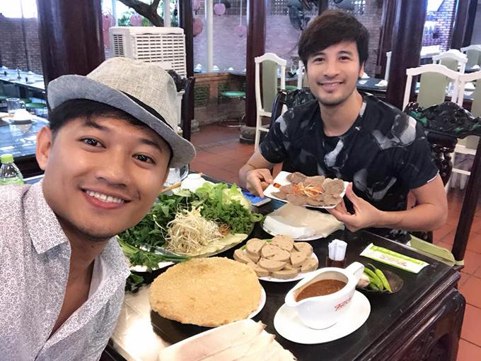 Quý Bình và Đoàn Thành Tài tranh thủ rủ nhau đi ăn bánh tráng cuốn thịt heo khi đến Đà Nẵng.