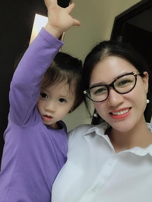 Con gái Trang Trần được nhận xét rằng càng lớn càng xinh xắn, kháu khỉnh.