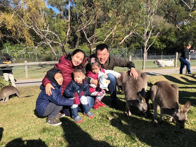 Trong khi đó, gia đình Ốc Thanh Vân lại đưa đàn con đến công viên, chơi với các loài động vật như kangaroo, kaola...