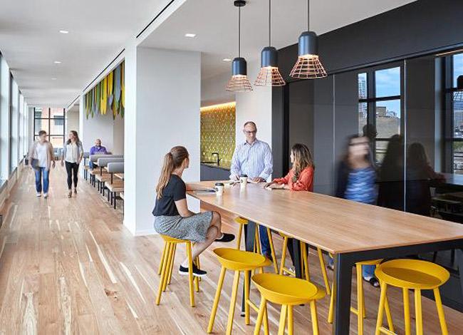 Hãng còn có phòng họp không gian mở thiết kế giống quán café để nhân viên có thể trao đổi và sáng tạo hơn trong công việc.