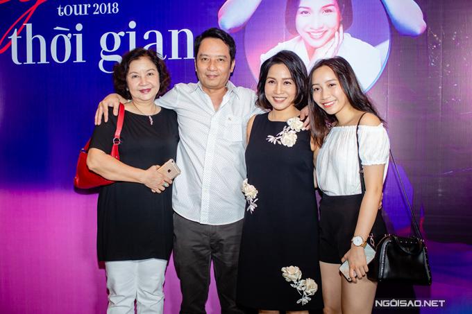 Sáng 15/6, Mỹ Anh cùng bà nội đến chúc mừng bố mẹ tại buổi họp báo công bố tour xuyên Việt Mỹ Linh Tour 2018: Thời gian, diễn ra tại ba thành phố lớn Hà Nội, TP HCM và Đà Nẵng vào tháng 8. Cô bé gây ngạc nhiên cho mọi người bởi đã trở thành thiếu nữ xinh đẹp ở tuổi 16.