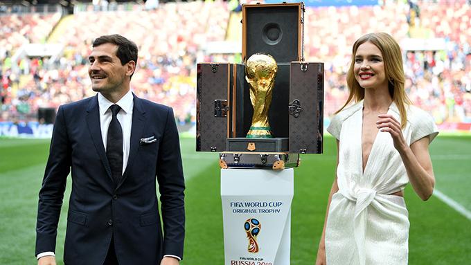 Theo dõi lễ khai mạc World Cup 2018 tối 14/6 qua truyền hình, nhiều khán giả ấn tượng và tò mò về người đẹp bên cạnh thủ môn Casillas khi mang chiếc Cup vàng ra sânLuzhniki.