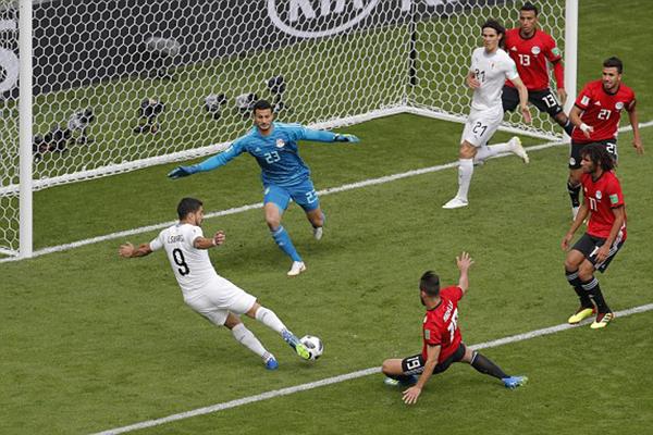 Suarez bỏ lỡ cơ hội mở tỷ số cho Uruguay trong hiệp một. Ảnh: AP.
