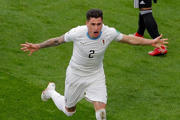 Gimenez phấn khích sau khi ghi bàn giúp Uruguay giành chiến thắng. Ảnh: Reuters.