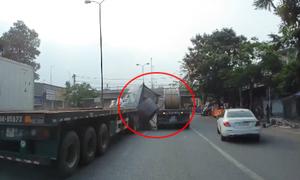 Tài xế container thoát chết khi cuộn thép 60 tấn lăn gãy cabin