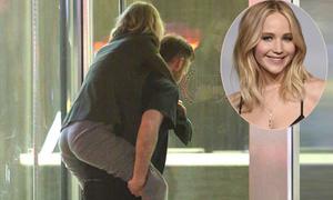 Jennifer Lawrence được bạn trai mới cõng về nhà sau khi chơi đêm