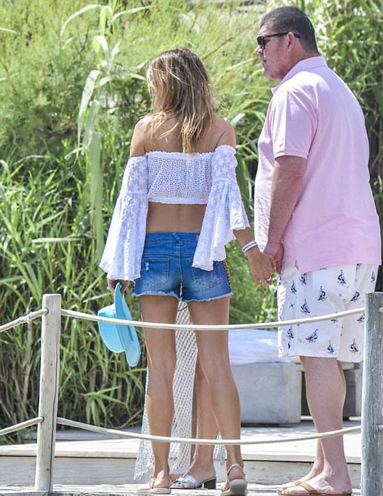 Tin đồn hẹn hò đã có một thời gian nhưng đây là lần đầu tiên James Packer công khai nắm tay bạn gái mới.