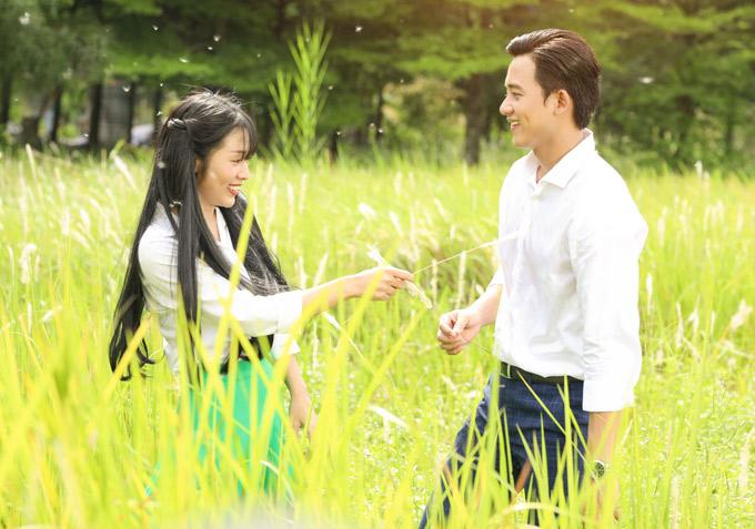 Mai Tài Phến tung hứng ăn ý cùng diễn viên Thùy Linh trên phim trường.