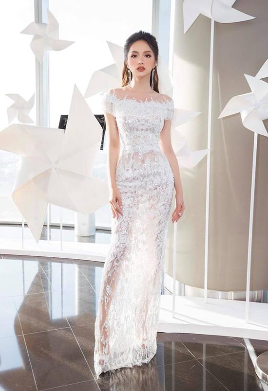 Góp mặt cùng sàn sao tại sự kiện, Hương Giang chọn cho mình mẫu váy xuyên thấu được kết cườm công phu.
