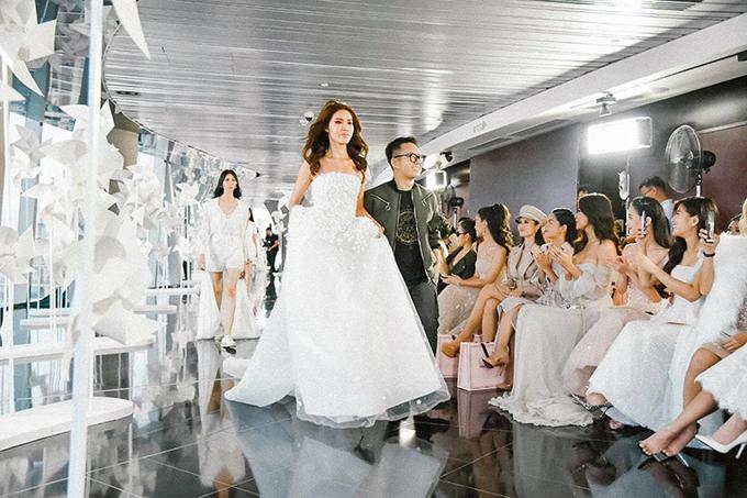 Chung Thanh Phong, siêu mẫu Minh Tú và dàn người mẫu xuất hiện trong màn chào kết chương trình.