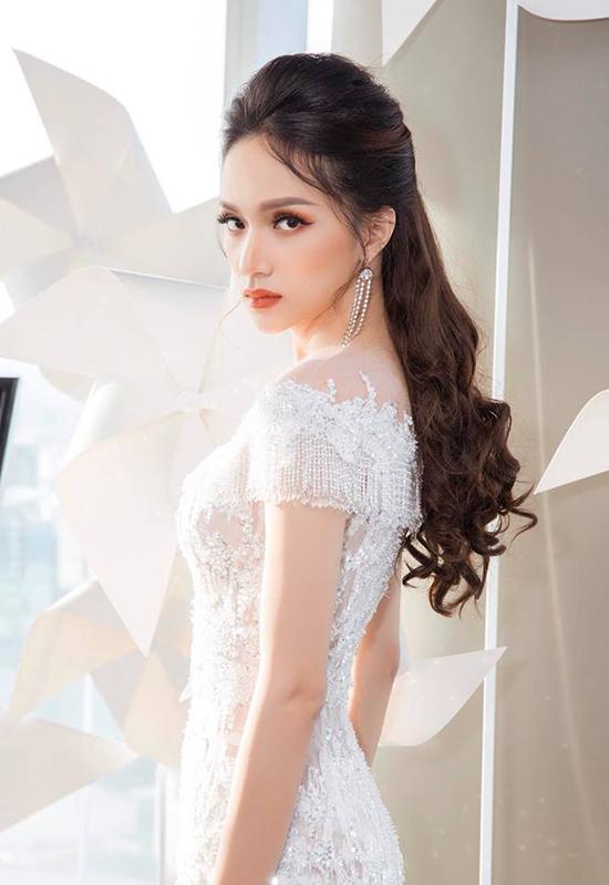 Sau show diễn, Hương Giang hóm hỉnh chia sẻ: Hôm nay em làm hoàng tử, nhặt giầy cho công chúa Minh Tú.
