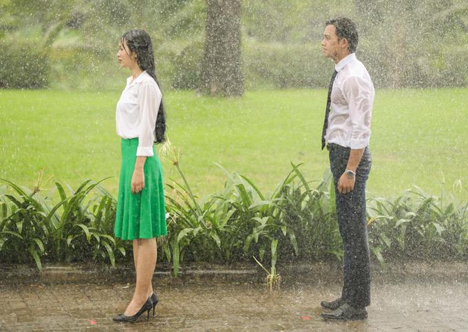 Trong phim ngắn, êkíp cũng sắp đặt tạo ra một cơn mưa nhân tạo để đẩy cảnh thân mật của hai nhân vật chính lên cao trào.