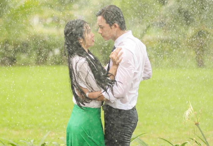 Đây là lần đầu Mai Tài Phến và em gái mưa có dịp khóa môi nhau.