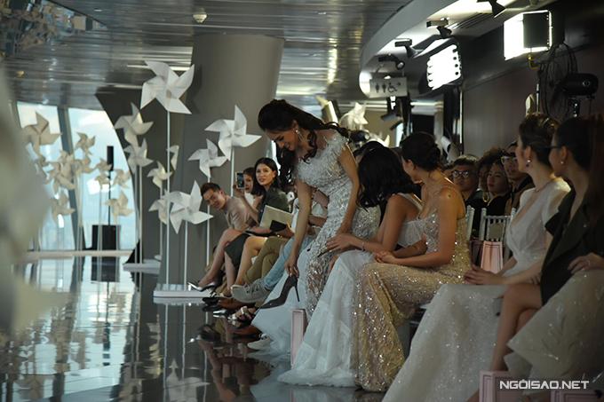 Hành động của Hương Giang thu hút sự quan tâm của hầu hết khán giả có mặt tại show diễn.