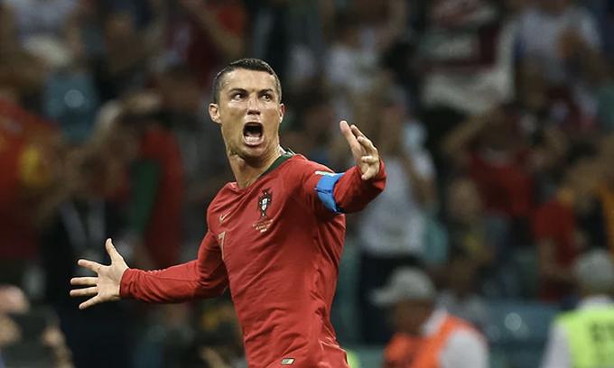Ronaldo nghĩ đến đồng đội khi được tôn vinh sau trận hoà Tây Ban Nha
