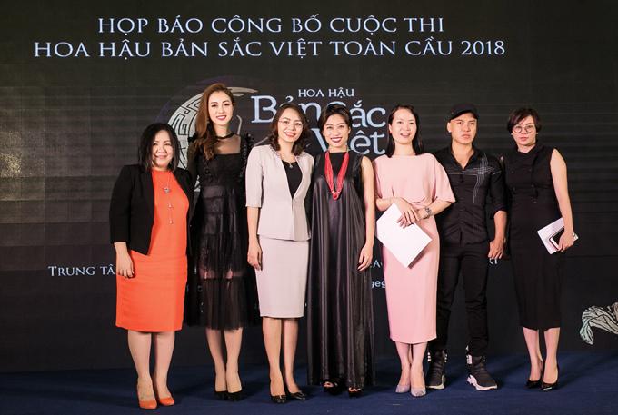 Ngồi ghế nóng cuộc thi Hoa hậu Bản sắc Việt toàn cầu 2018 cùng Jennifer Phạm còn có biên đạo múa Trần Ly Ly (thứ tư từ trái sang) và nhà thiết kế Cory Trần (thứ hai từ phải sang).
