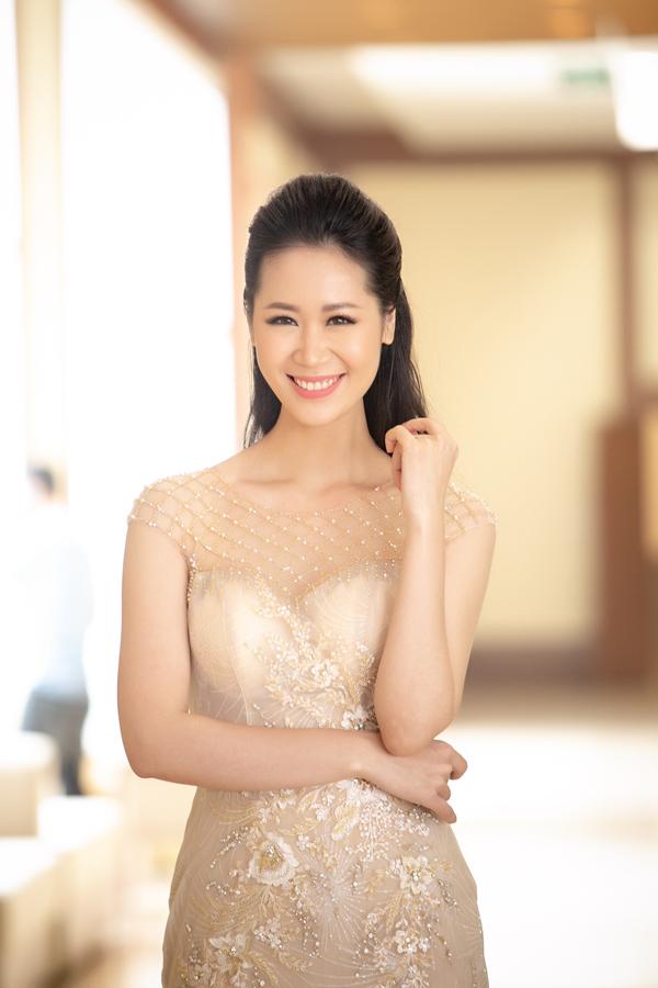 Người đẹp là một trong những MC song ngữ đắt show ở Hà Nội.