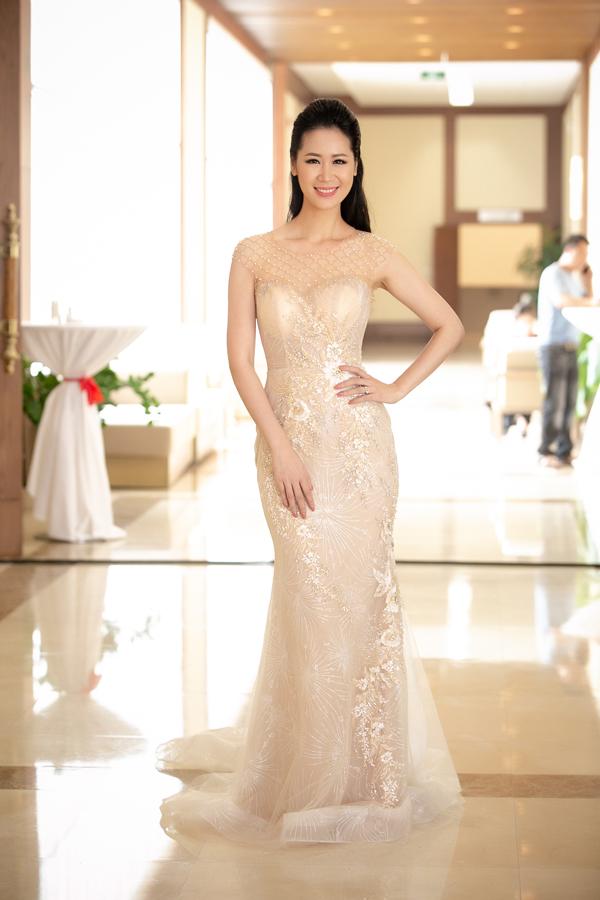 Hoa hậu Thân thiện Dương Thuỳ Linh diện váy đuôi cá bó sát khi làm MC cho sự kiện sáng nay tại Sầm Sơn.