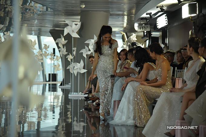 Ngôi ở hàng ghế VIP, hoa hậu chuyển giới Hương Giang đã nhanh tay lượm lấy chiếc giầy của Minh Tú nhằm làm sạch đường băng và tránh những tai nạn đáng tiếc cho các người mẫu.