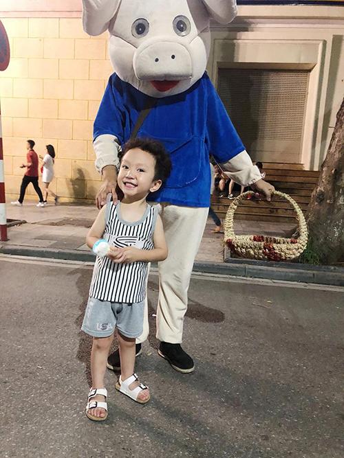 Bé Su Hào nhà Tuấn Hưng được bố mẹ đưa ra phố đi bộ Hồ Gươm gần nhà ông bà nội để chơi cuối tuần. Cậu bé càng lớn càng xinh trai và dạn dĩ.