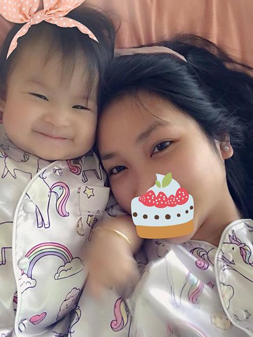 Con gái Lam Trường cười híp mắt bên cạnh mẹ. Hai mẹ con Yến Phương diện đồ ngủ đôi.