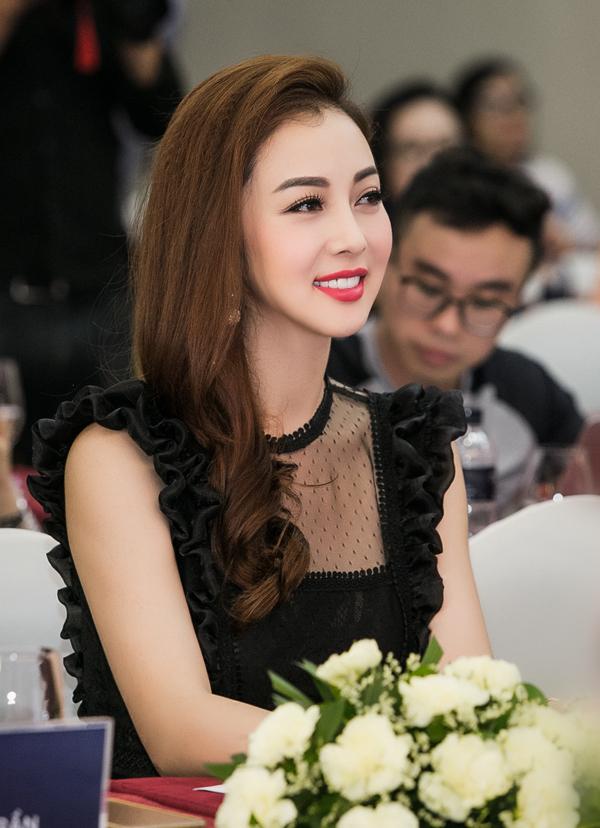 Với hình ảnh sang trọngJennifer Phạm nhận được nhiều lời mời MC và hợp đồng quảng cáo. Tuy nhiên, cô không ôm đồm công việc mà cố gắng sắp xếp thời gian để chu toàn cho vai trò làm vợ, làm mẹ.