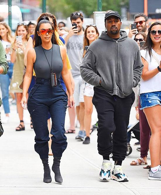 Đến buổi chiều, vợ chồng Kim đưa con tới khu The Sugar Factory ở New York, nơi sản xuất và phục vụ những món bánh kẹo, nước uống hảo hạng. Rất đông người hâm mộ nhận ra cặp đôi tại đây.