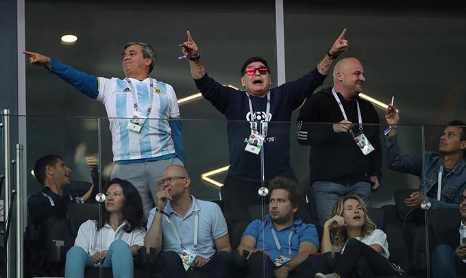 Hôm 16/6, Maradona có mặt trên khán đài sân Spartakở Moskva để cổ vũ cho tuyển Argentina trong trận ra quân World Cup 2018 gặp Iceland.