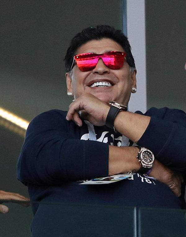 Huyền thoại bóng đá Argentina gây chú ý khi đeo hai đồng hồ ở hai tay và đeo chiếc kính màurực rỡ.