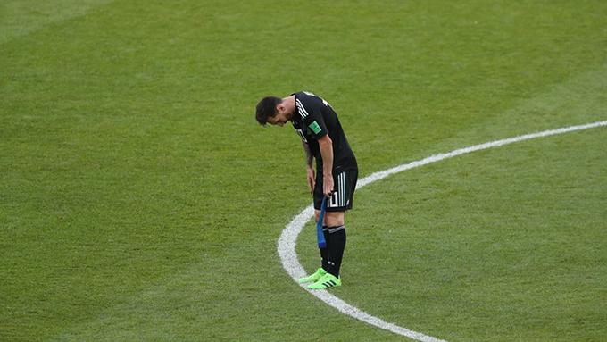 Messi cúi đầu thất vọng sau khi trận đấu kết thúc.