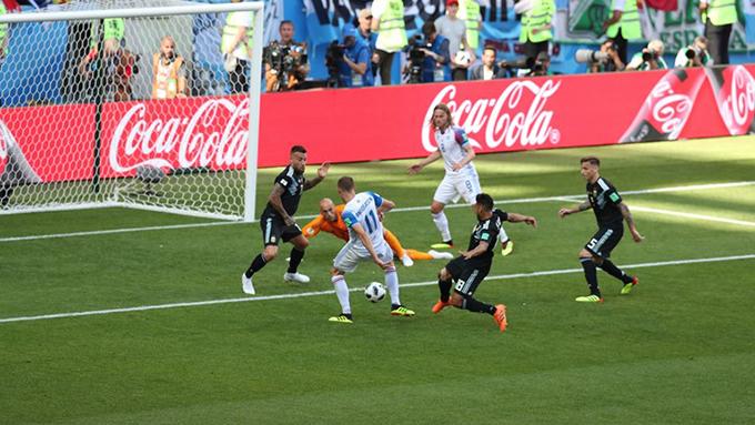 Tuy nhiên, chỉ 4 phút sau,Finnbogason ghi bàn quân bình tỷ số 1-1 cho Iceland với pha đá bồi cận thành.