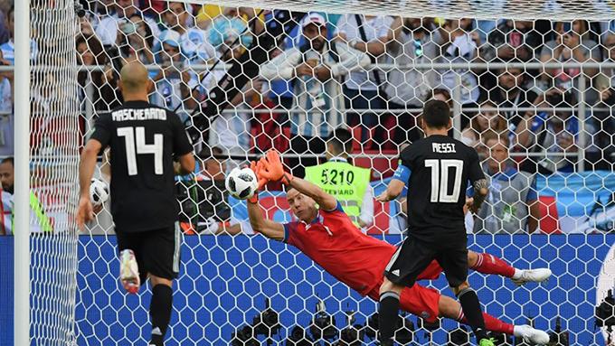 Sang hiệp hai, Messi có cơ hội rất lớn để thiết lập thế dẫn trước cho Argentina khi đội bóng Nam Mỹ được hưởng penalty sau tình huống phạm lỗi của cầu thủ Iceland với Aguero trong vòng cấm. Tuy nhiên, trên chấm phạt đền, siêu sao của Barca lại không chiến thắng được thủ thành của Iceland.