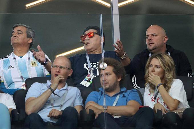 Trên khán đài, Maradona phì phèo hút thuốc. Cựu danh thủ 57 tuổi tỏ ra tiếc nuối khi tuyển Argentina liên tiếp bỏ lỡ cơ hội.