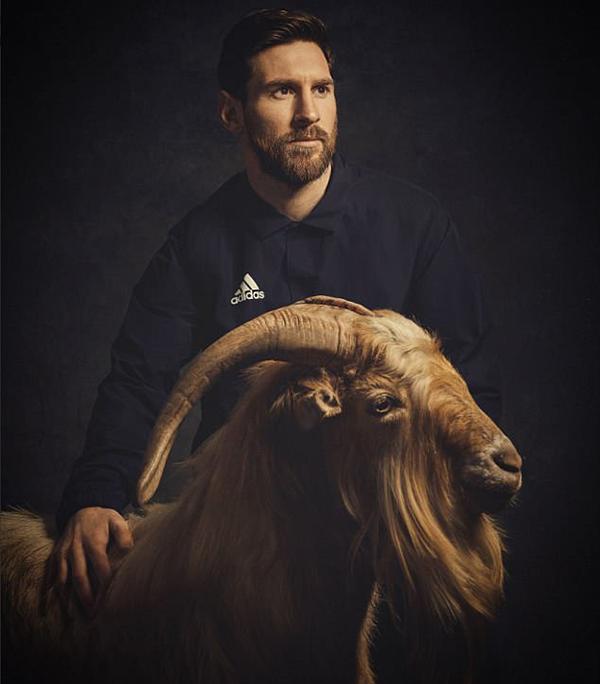 Messi chụp ảnh quảng cáo bên cạnh một con dê và được miêu tả là Cầu thủ hay nhất mọi thời đại. Ảnh: Twitter.