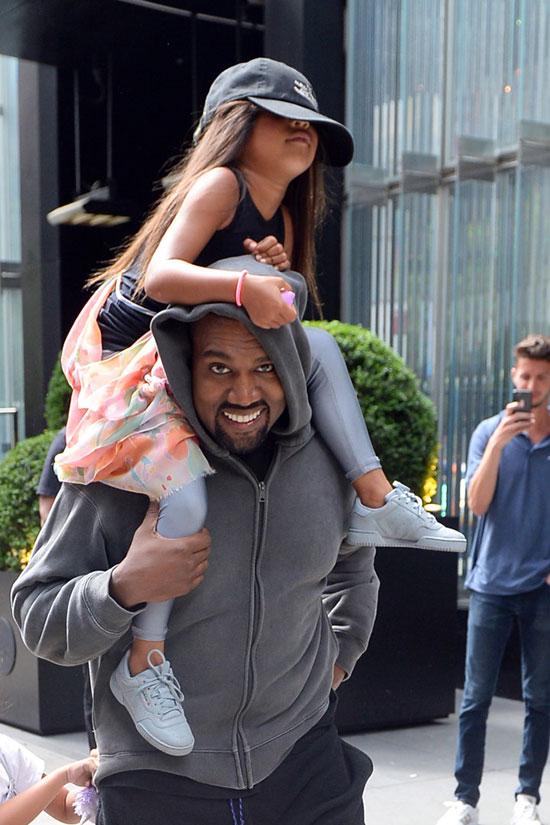 Rapper 41 tuổi trông rất vui khi đưa con gái đi chơi.