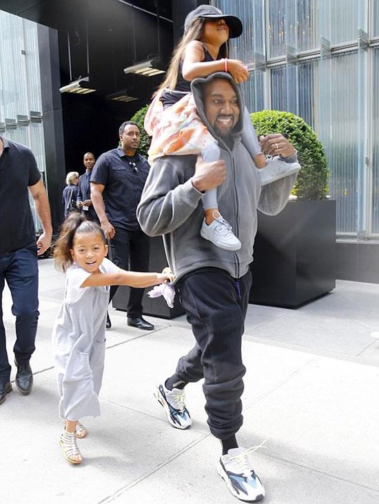 Rapper Kanye West kiệu con gái đi ăn trưa tại một nhà hàng ở New York vào sáng 15/6 - ngày sinh nhật của bé North West. Cô bạn thân của North theo cùng trong chuyến đi chơi xa này. Trong khi đó, hai con nhỏ của Kim-Kanye là Saint 2 tuổi, Chicago 5 tháng tuổi đang ở Los Angeles với bảo mẫu.