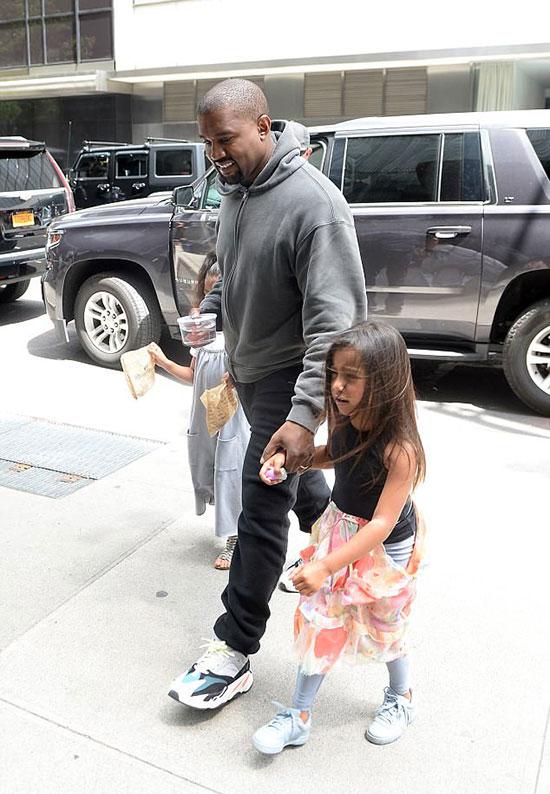 Sau bữa trưa, Kanye dẫn con tới cửa hàng bán cá cảnh và mua tặng công chúa nhỏ một con cá vàng.