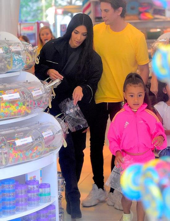 Một ngày trước đó, North cũng được mẹ đưa đến cửa hàng kẹo nổi tiếng khác ở New York là Dylans Candy Bar.