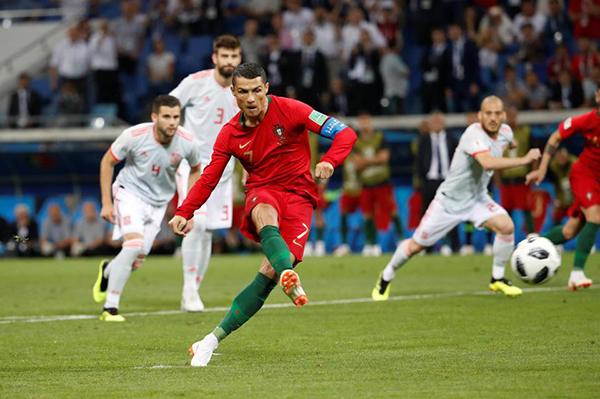 C. Ronaldo mở tỷ số cho Bồ Đào Nha trên chấm 11m. Ảnh: Reuters.
