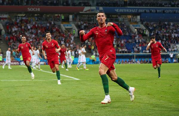 C. Ronaldo phấn khích với pha ghi bàn giúp Bồ Đào Nha gỡ hoà 3-3. Ảnh: Reuters.