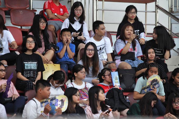 Có khoảng 200 CĐVđến sân theo dõi buổi tập của Hà Nội.