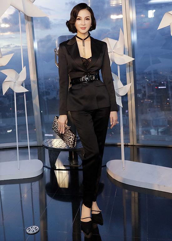 MC Thanh Mai khoe vòng eo con kiến với thiết kế suit đen đi kèm bra vải đen tiệp màu.