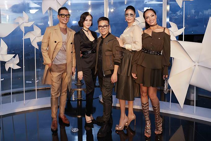 Chiều 16/6, đông đảo nghệ sĩ, người đẹp nổi tiếng đã đến chúc mừng Chung Thanh Phong giới thiệu bộ sưu tập mới tại TP HCM. Hầu hết các mỹ nhân đều chọn váy áo xuyên thấu,, váy xẻ ngực để giúp mình tôn nét gợi cảm.