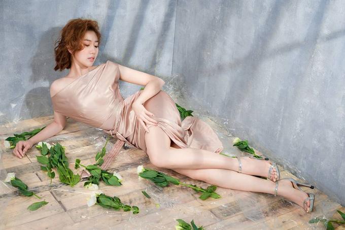 Cô hiện hoạt động trong làng giải trí với vai trò diễn viên, người mẫu. Thúy Ngân sở hữu vóc dáng đồng hồ cát, đôi chân dài miên man.