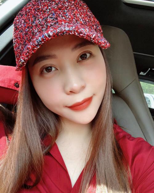 Đàm Thu Trang sử dụng tone đỏ cho cả bộ trang phục. Bạn gái Cường Đôla chia sẻ tâm sự muốn lên ký.